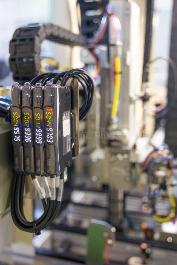 Valvola pneumatica e manometro elettrici, ingegneria di automazione immagine stock libera da diritti