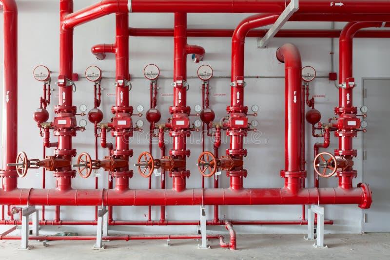 Valvola rossa della tubatura dell'acqua, tubo per controllo della rete di tubazioni dell'acqua nel ind fotografia stock libera da diritti