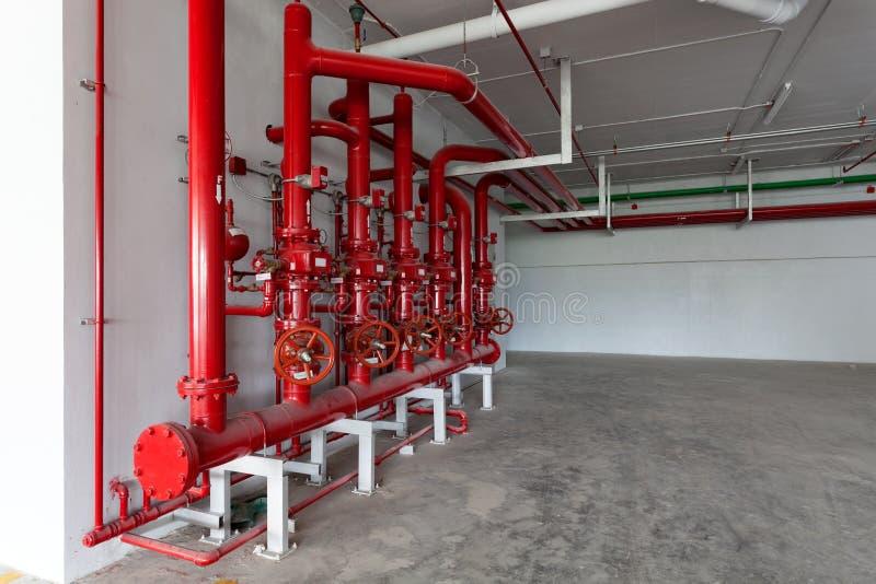 Valvola rossa della tubatura dell'acqua, tubo per controllo della rete di tubazioni dell'acqua nel ind fotografia stock