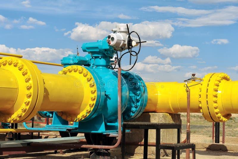 Valvola a sfera su un gasdotto. immagine stock libera da diritti