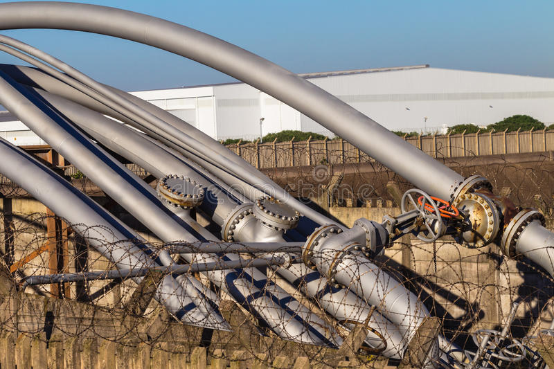 Valvole dei tubi d'acciaio   fotografie stock libere da diritti
