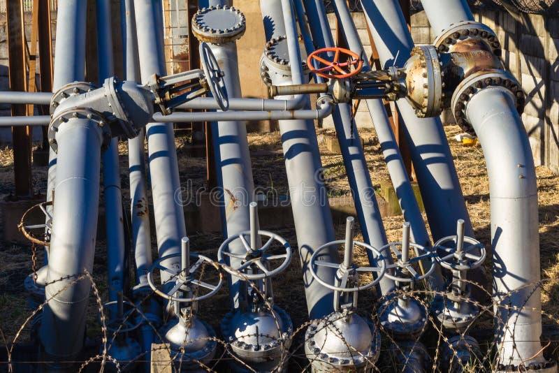 Valvole dei tubi d'acciaio del petrolio   fotografia stock libera da diritti