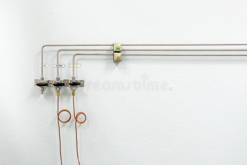 Valvole di azoto, di elio, dei tubi dell'aria dell'ossigeno e del metro zero di pressione del gas con il regolatore per il contro fotografie stock