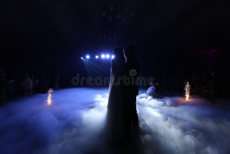 Valzer delle coppie di nozze fotografie stock libere da diritti