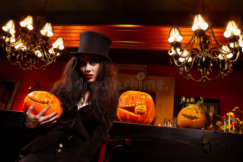 Vampier naast bar stock fotografie