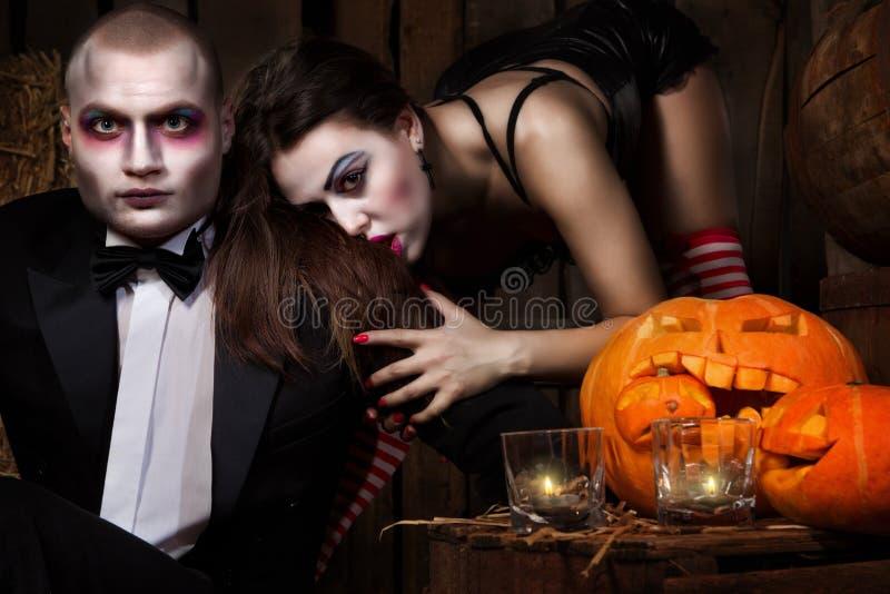 Vampieren met Halloween pompoen royalty-vrije stock foto's