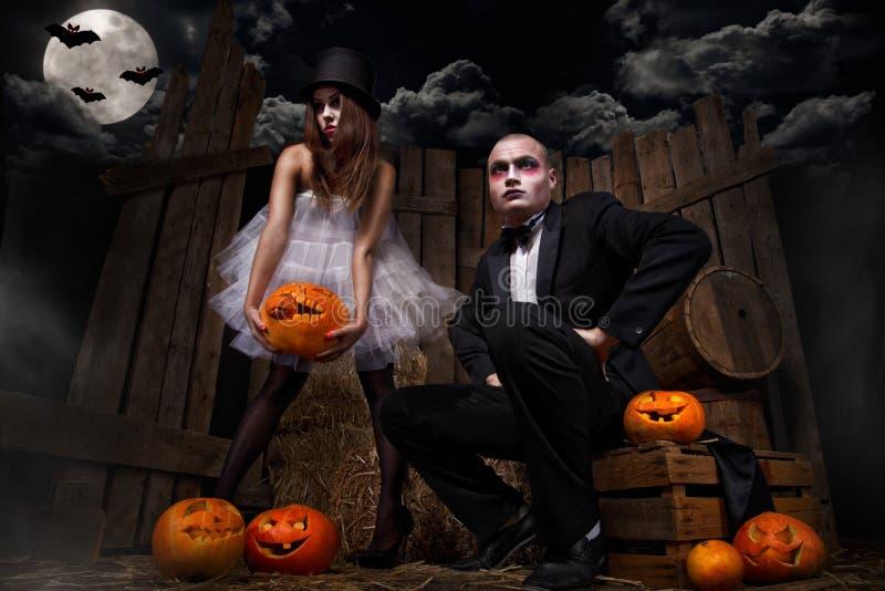 Vampieren met Halloween-pompoen stock foto's