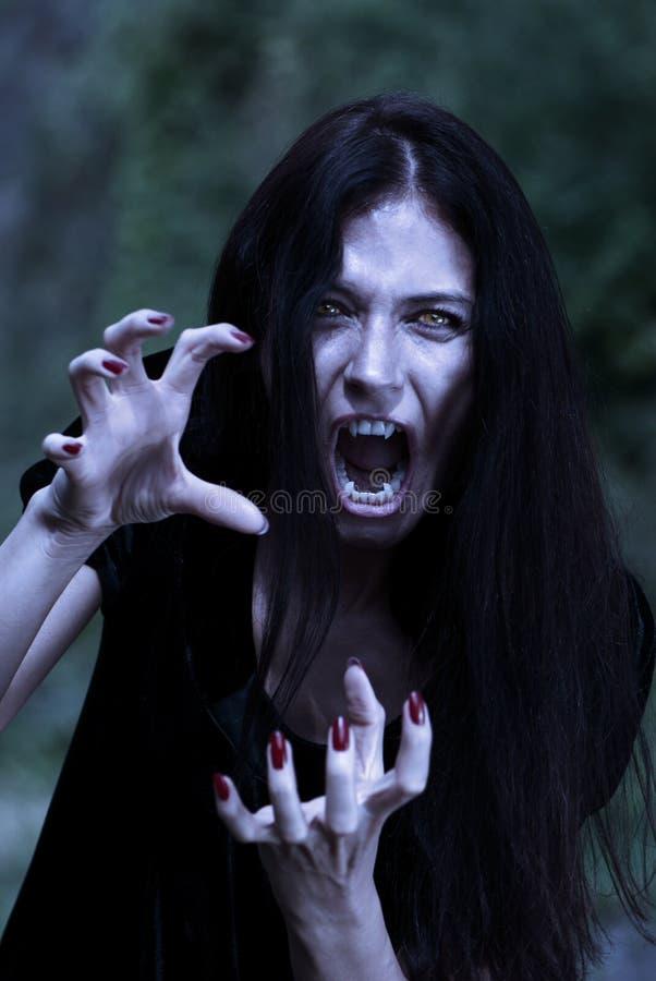 Vampir an einem Mondschein lizenzfreies stockfoto