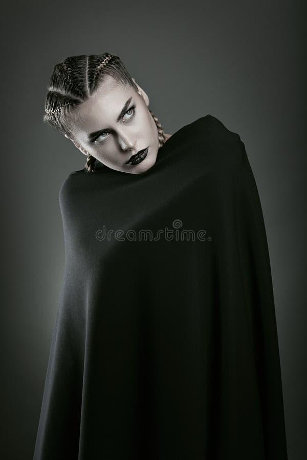 Vampir eingewickelt im schwarzen Mantel stockfoto