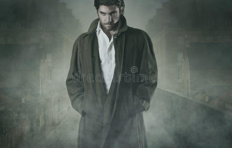 Vampir im Nebel lizenzfreie stockfotografie