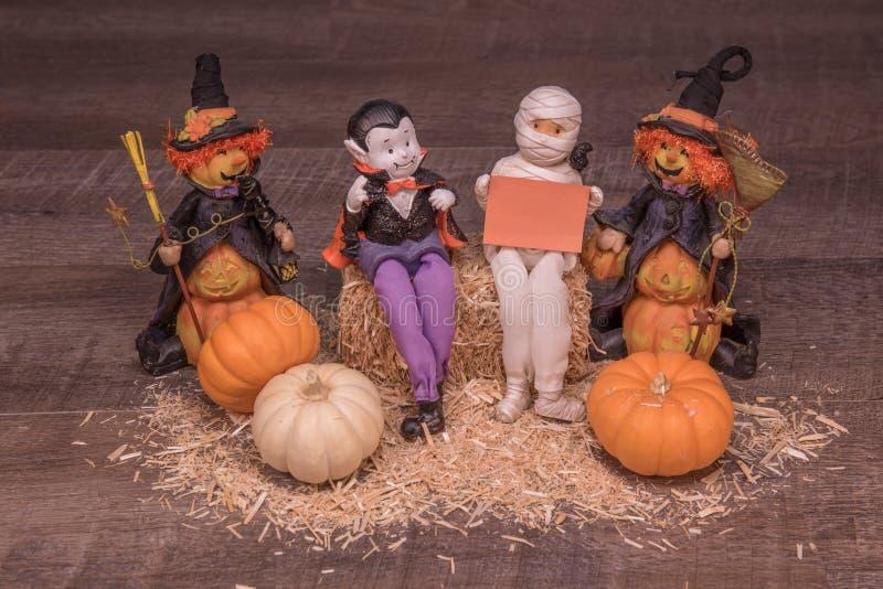 Vampir, Mama und Hexen planen eine Halloween-Partei stockbild