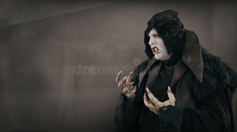 Vampire antique de mutant d'horreur avec de grands clous effrayants Endroit des textes photo stock