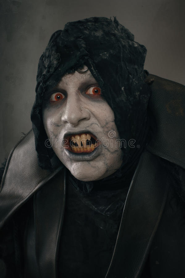 Vampire antique de mutant d'horreur avec de grands clous effrayants F médiéval image libre de droits