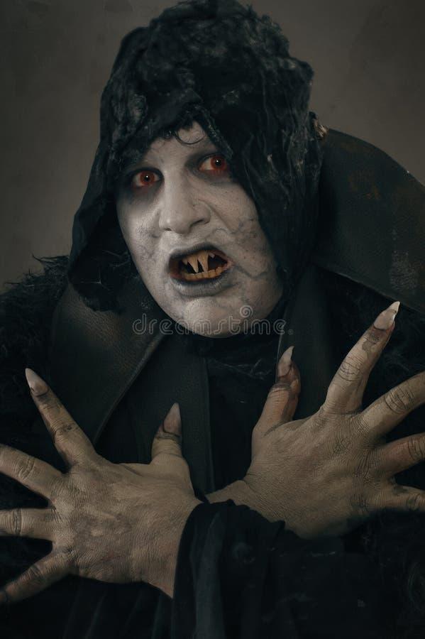 Vampire antique de mutant d'horreur avec de grands clous effrayants F médiéval image stock