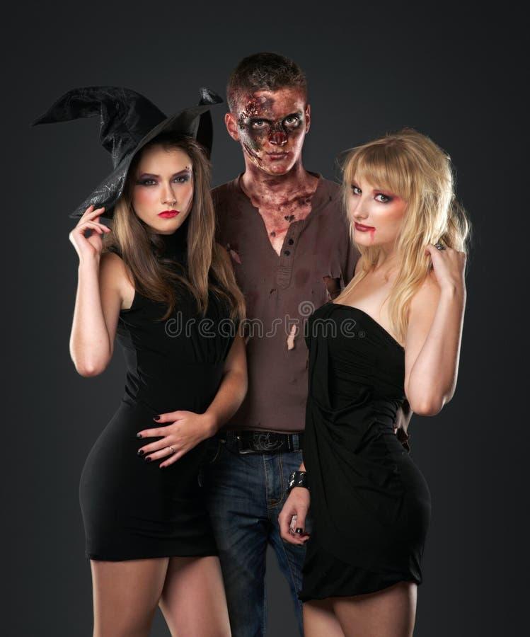 Vampire et sorcière de zombi dans le studio foncé photo stock