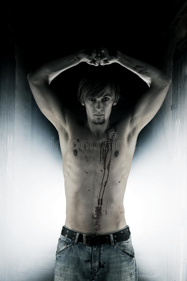 Vampire mâle avec le sang sur son coffre image stock