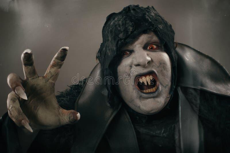 Vampiro antigo do mutante do horror com os grandes pregos assustadores F medieval imagem de stock
