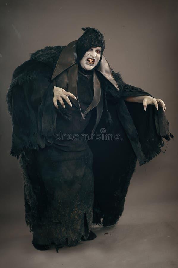 Vampiro antigo do mutante do horror com os grandes pregos assustadores F medieval fotos de stock