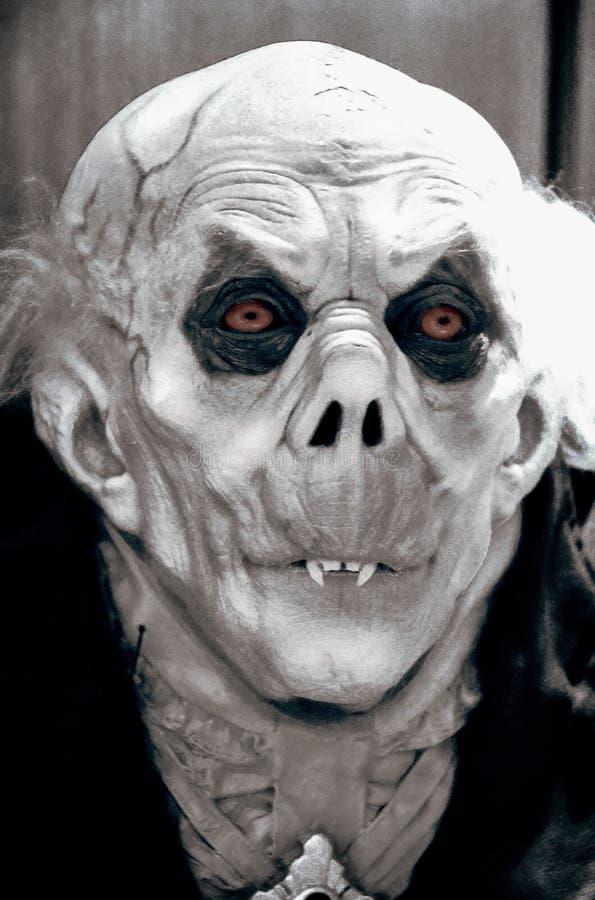 Vampiro com os olhos vermelhos no close up imagens de stock royalty free