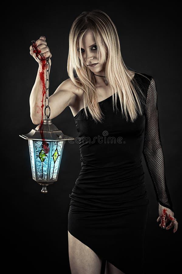 Vampiro con las manos sangrientas fotografía de archivo
