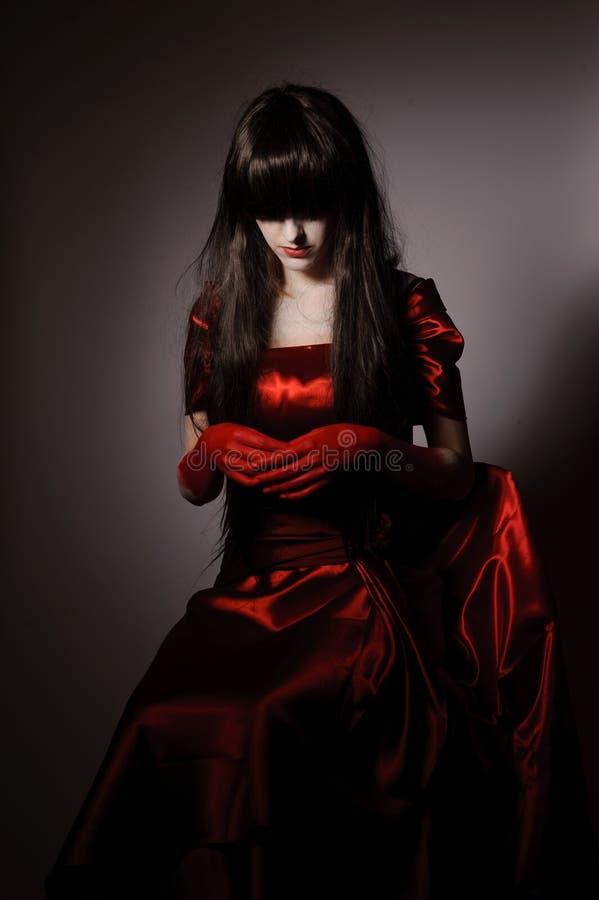Vampiro della strega con i capelli neri fotografie stock libere da diritti