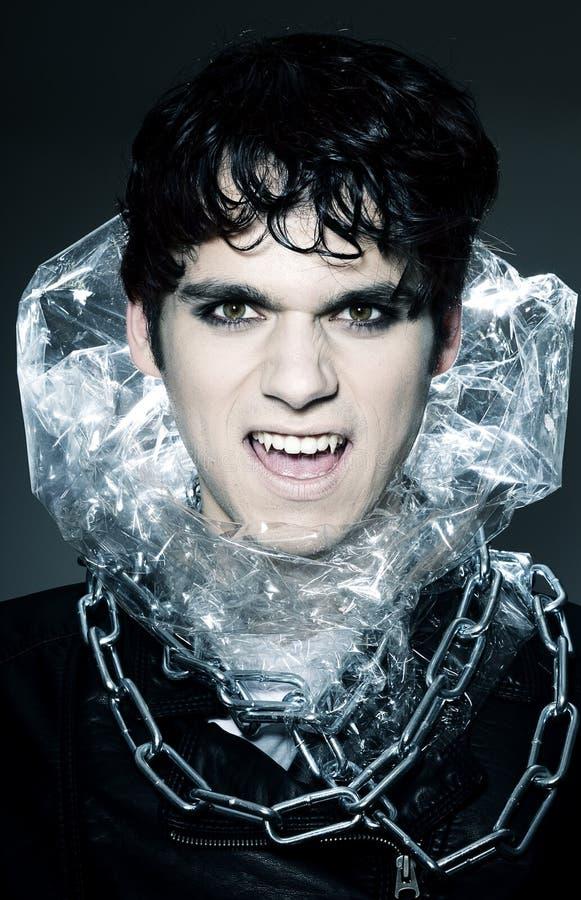 Vampiro maschio che mostra le sue zanne fotografia stock