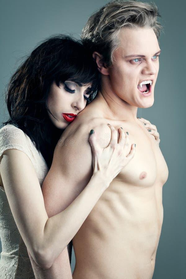Vampiro masculino com uma mulher bonita fotografia de stock royalty free