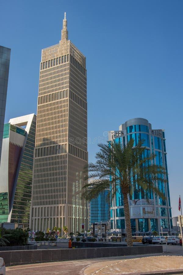 Van Al Asmakh Tower (IBQ-Toren) de wolkenkrabber op blauwe hemelachtergrond in Doha, Qatar stock foto's