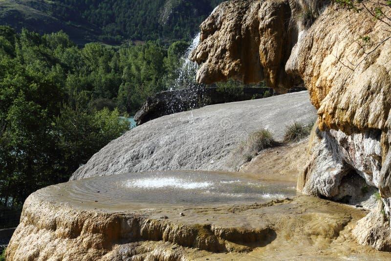 Van angst verstijfde Fontein van Réotier, Hautes-Alpes, Frankrijk stock foto