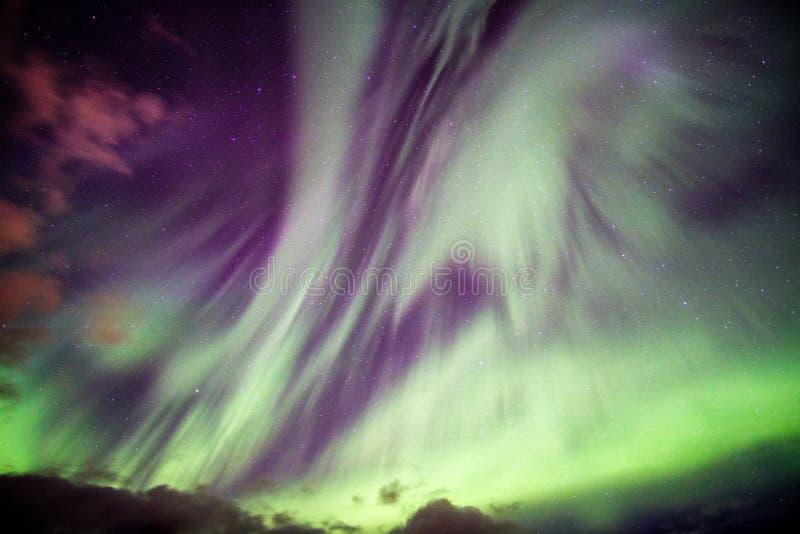 Van Aurora Borealis (Noordelijke lichten) de explosie met sterren op nacht stock afbeelding
