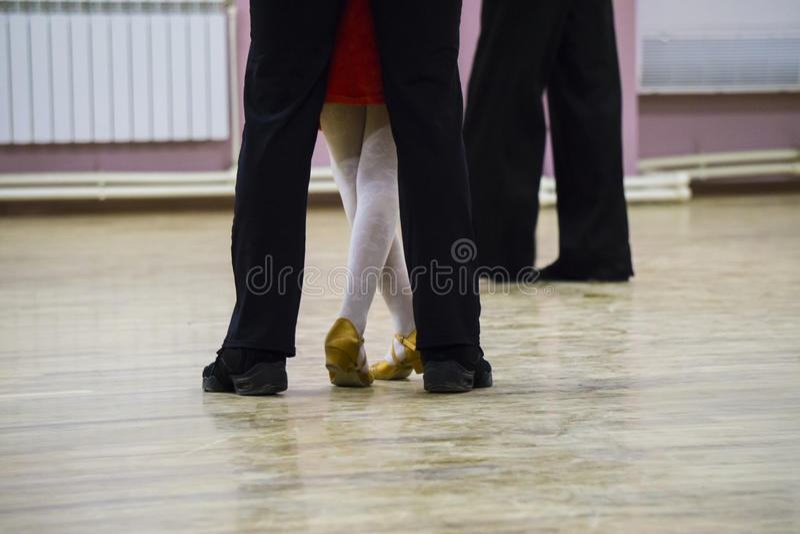 Van balzaalvoeten dansers op de dansvloer stock fotografie