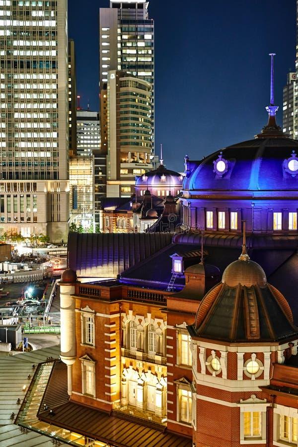 Van bedrijfs Azië concept voor onroerende goederen en collectieve bouw - de verticale moderne cityscape van de het oog luchtnacht stock afbeelding