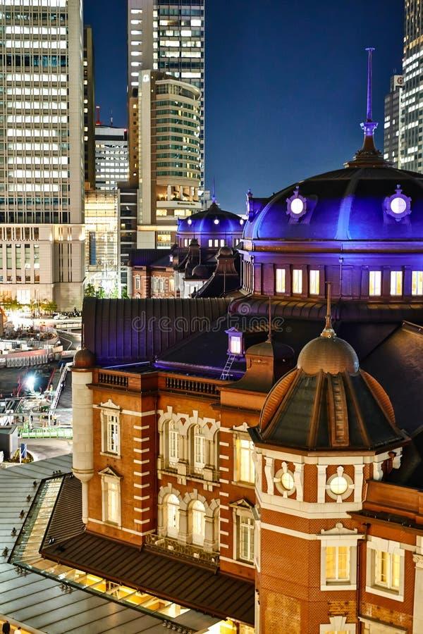 Van bedrijfs Azië concept voor onroerende goederen en collectieve bouw - de verticale moderne cityscape van de het oog luchtnacht royalty-vrije stock afbeeldingen