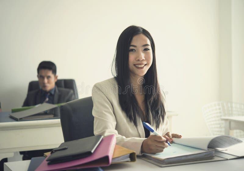 Van bedrijfs Azië vrouw die bij bureau in haar bureau werken stock foto