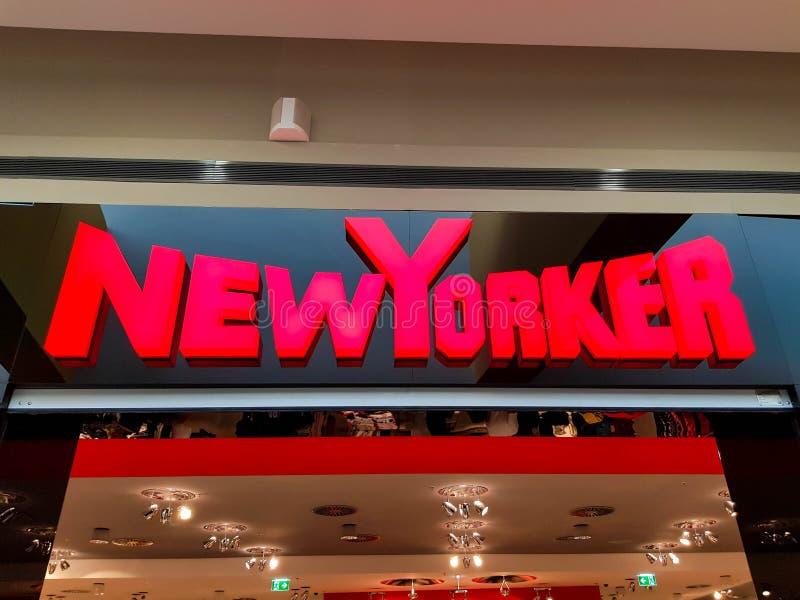 Van bedrijfs Newyorker embleem bij de lokale wandelgalerij royalty-vrije stock foto's