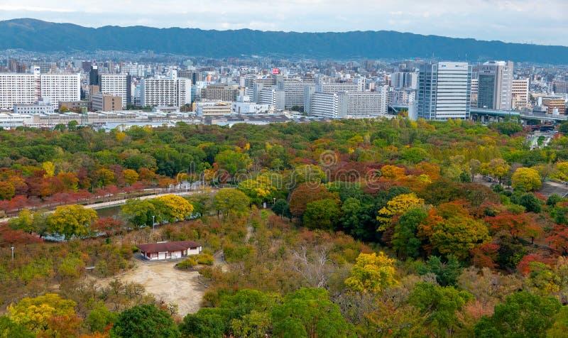 Van bedrijfs Osaka park bij de kleuren van het de herfstseizoen in Osaka Castle Park in Osaka, Japan stock afbeeldingen