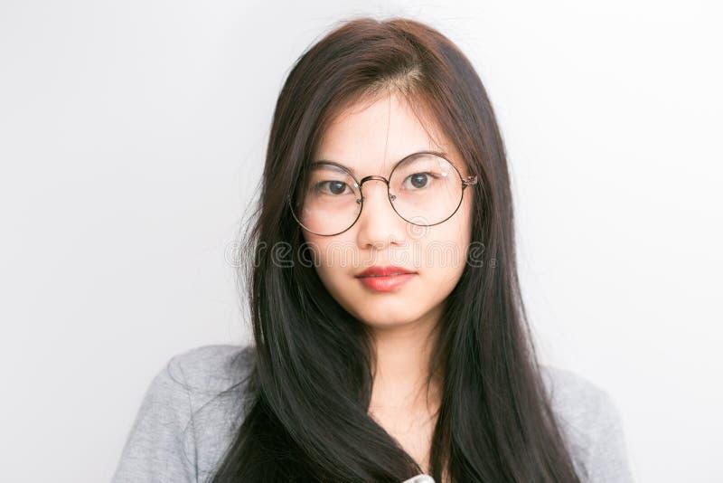 Van bedrijfs portret jonge Aziatische nerd vrouw met cl van hipsterglazen stock foto's