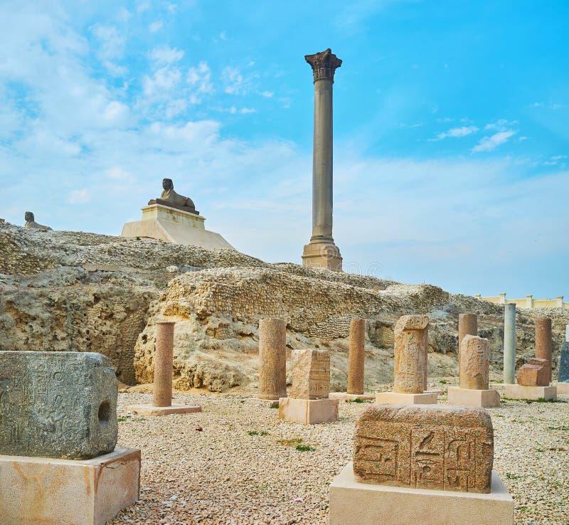 Van bezoekpompey ` s de Pijler en van Serapeum ruïnes in Alexandrië, Egypte stock foto