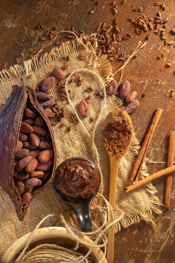 Van van cacaopeul, bonen en cacaobonen opstelling op rustieke houten achtergrond royalty-vrije stock afbeelding