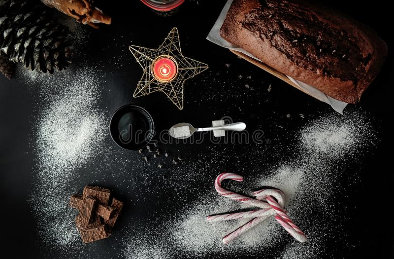 Van chocoladecake en Kerstmis decoratie stock afbeelding