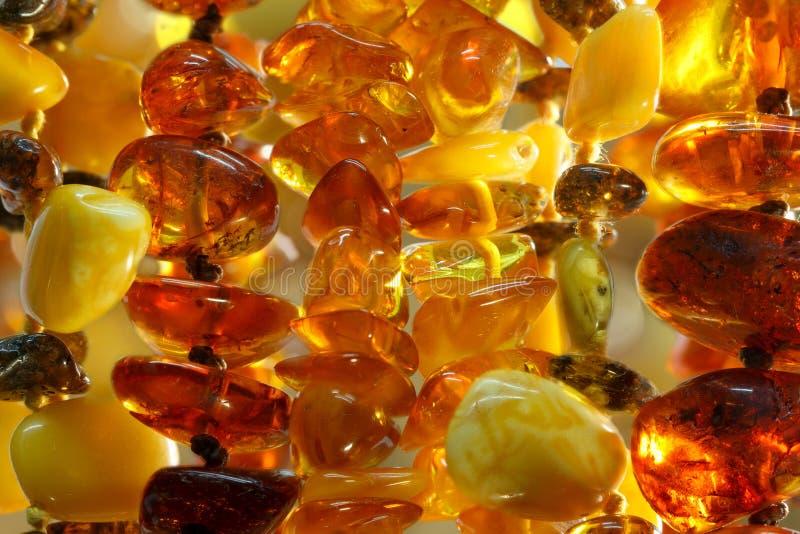 Van close-up diverse Baltische amberhalsbanden textuur als achtergrond openlucht royalty-vrije stock afbeeldingen