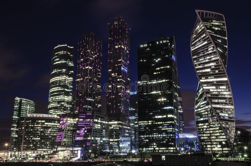Van commercieel van Moskou de internationale Stad centrummoskou bij nacht De stedelijke nacht van de landschapsmetropool met wolk royalty-vrije stock afbeelding