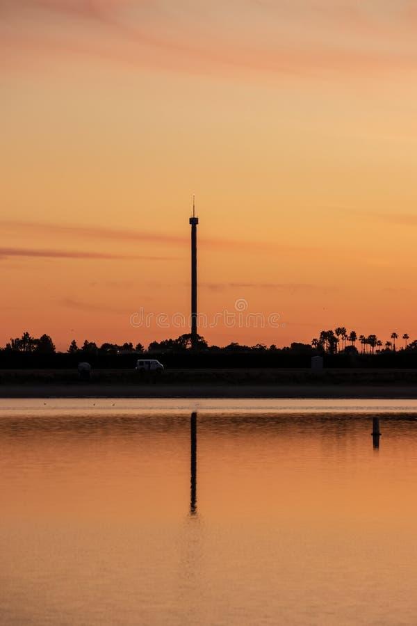 Van dal lato di ha guidato a litorale della baia di missione durante il tramonto immagini stock libere da diritti
