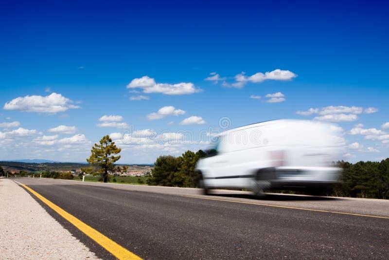 Van dans la route photo stock