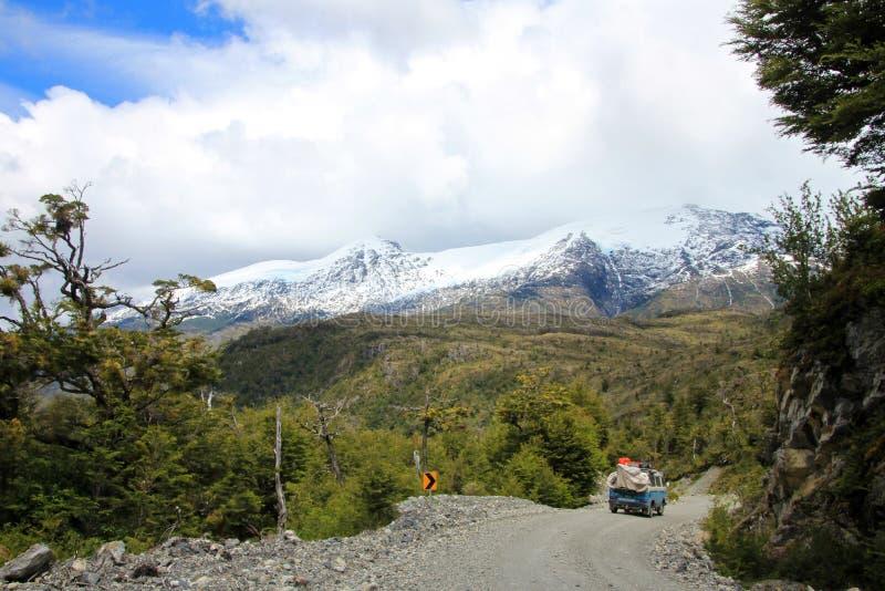 Van, das auf Carretera Austral, Chile fährt lizenzfreies stockbild
