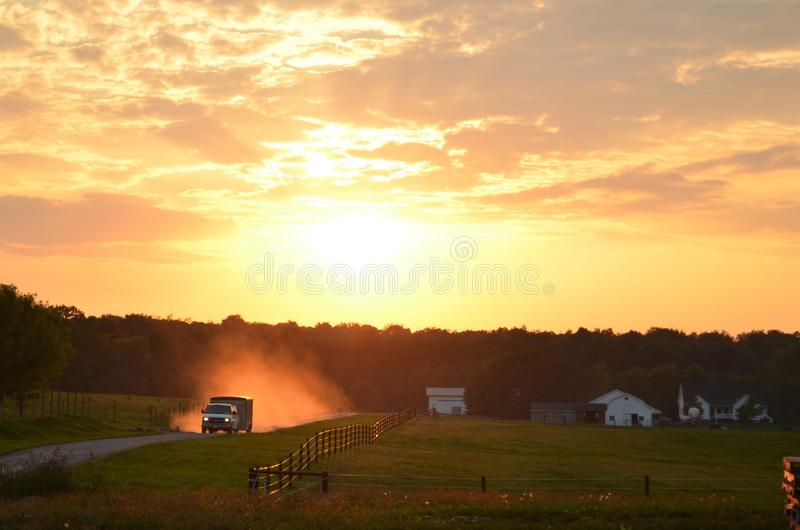 Van, das oben Staub bei Sonnenuntergang tritt stockbild