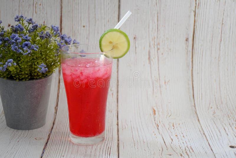 Van de 'rode Sodacitroen 'de drank, op een grijze houten achtergrond, met citroenstukken op het glas royalty-vrije stock afbeeldingen