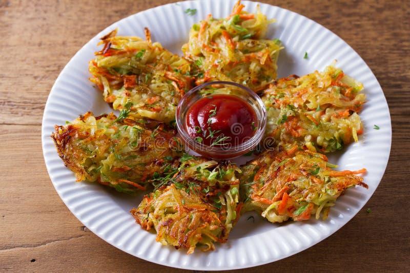 Van de aardappelcourgette en Wortel Pannekoeken Plantaardige fritters, latkes, draniki Plantaardige cakes stock foto's