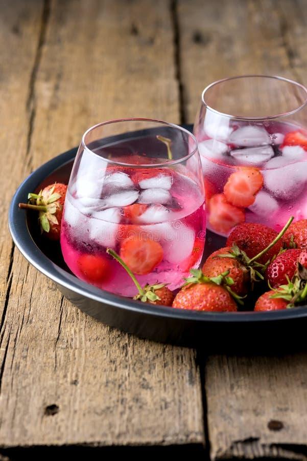 Van de Aardbeidetox van het de zomer de Verse Op smaak gebrachte Gegoten Water van de het Watergezonde voeding van het de Drankij stock afbeelding