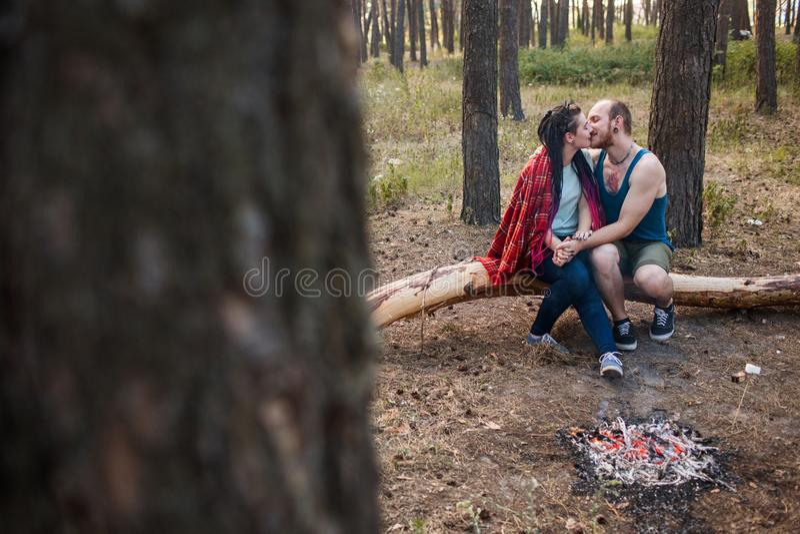 Van de de aardpicknick van de paarliefde het vuur bosconcept royalty-vrije stock fotografie